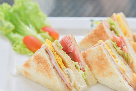Sanwiches breakfast with salad and tomato on the white plate Banque d'images