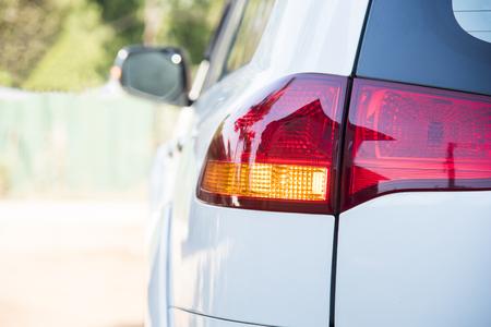lâmpada de cauda do carro. sinal de volta de luz laranja antes de virar veículo para a direção da esquerda. conceito de condução seguro sem acidente