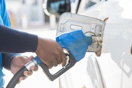 駅でガスを充填する。補充油、ガソリン、ディーゼル車。手は燃料で車を補充します。