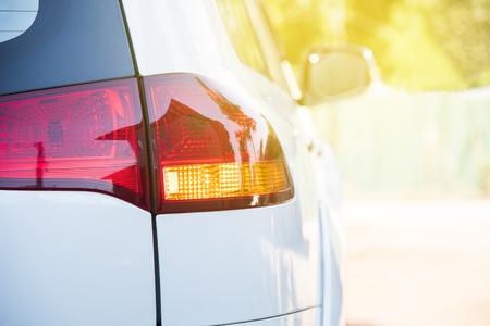 Rücklicht des Autos. Orange Licht Blinker vor dem Abbiegen des Fahrzeugs nach links. Sicheres Antriebskonzept ohne Unfall