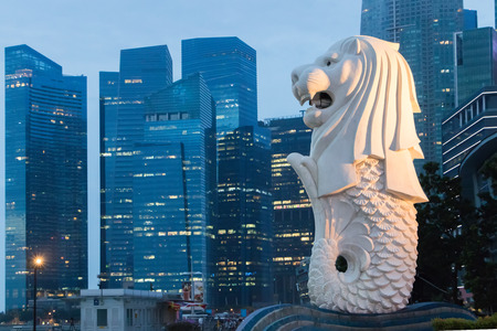Merlion statue fountain in Merlion Park.Merlion is an unofficial mascot of Singapore it's shape is a lion's head and the body of a fish. Éditoriale