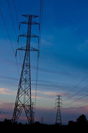 Electricidad pilón al atardecer