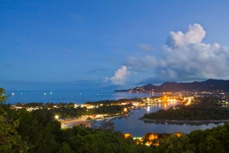 koh: punto de vista de la playa de Chaweng en la noche de Koh Samui, Tailandia
