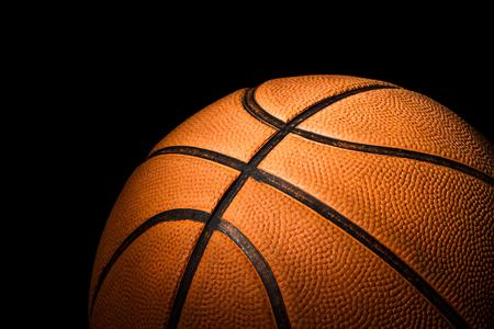 Cerca de baloncesto sobre fondo negro