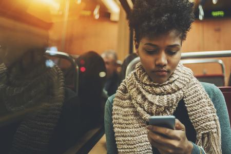 Estudante afro americano pensativo viajando para casa depois de estudar  Banco de Imagens
