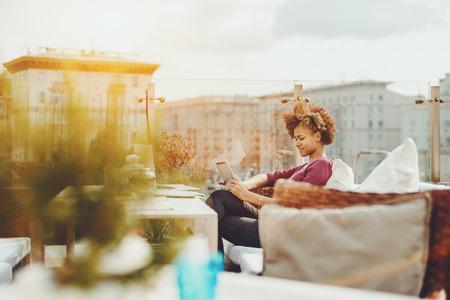 O jovem freelancer jovem e calmo com cabelo encaracolado trabalha remotamente enquanto est Banco de Imagens