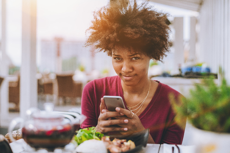 A jovem adolescente brasileira com cabelo afro est Banco de Imagens