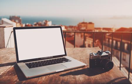 Laptop moderno com maquiagem de tela branca vazia na mesa de madeira com c Banco de Imagens