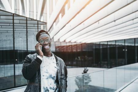 Sorridente jovem estudante africano em  Banco de Imagens