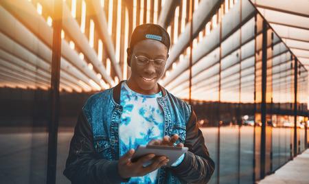 Belo estudante masculino preto com sorriso branco em  Banco de Imagens