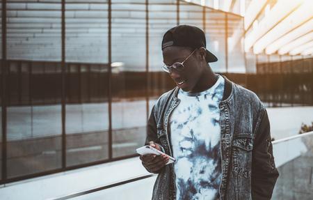 Jovem estudante negro em jaqueta e  Banco de Imagens