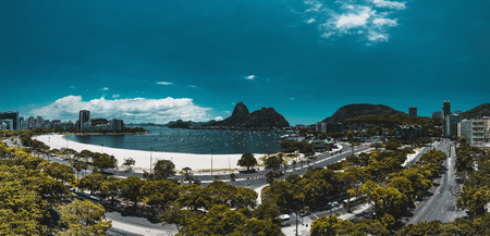 Panoramic view from a high point: Rio de Janeiro urban landscape in the Botafogo district with the bay and two highways in foreground; Sugarloaf mountain with its ropeway in the background; bright day Banque d'images