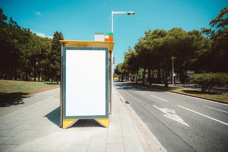Pusty szablon zastępczy billboardu na przystanku autobusu miejskiego z chodnikiem po lewej stronie; makieta pustych banerów reklamowych w środowisku miejskim; biały pusty szyld informacyjny przy drodze