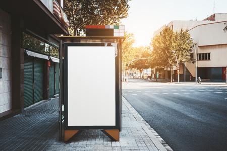 Makieta plakatu reklamowego wewnątrz przystanku komunikacji miejskiej przy drodze; pusty billboard zastępczy na przystanku autobusowym; biały pusty szablon banera informacyjnego w środowisku miejskim Zdjęcie Seryjne
