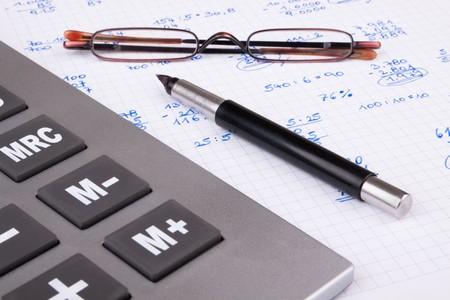 Finanzas personales con una calculadora y ayudas de lectura