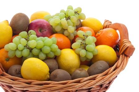 canasta de frutas: Cesta de frutas con diferentes frutas  Foto de archivo