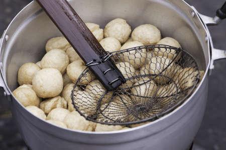 creador: Dumplings de Piscis tailandesa en el bote con creador; Tailand�s de cocina