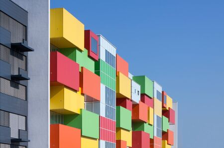 facade: Colorida fachada de un edificio residencial