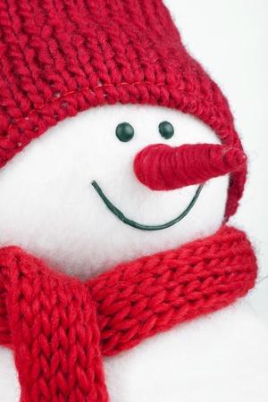 Schneemann mit rotem Schal und roter Mütze