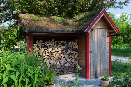 hovel: Small hut in the garden with firewood