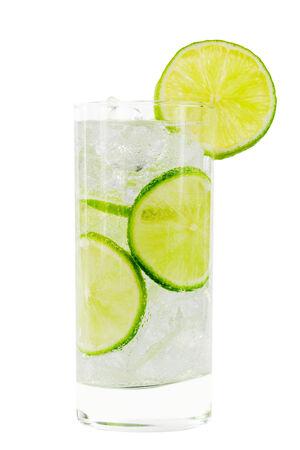 distilled water: Vidrio con agua, cubitos de hielo y lim�n contra el fondo blanco con trazado de recorte