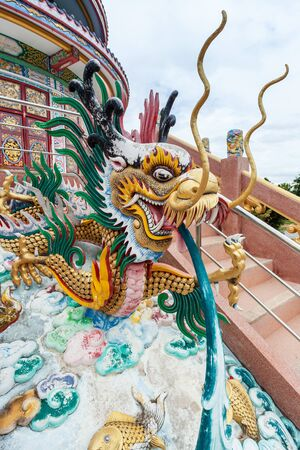 dragon chinois: Close up of a chinese dragon in the temple