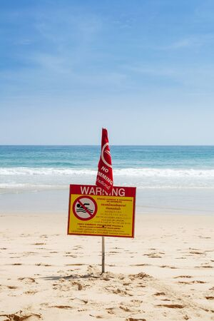 prohibido: Señal de peligro en la playa de la piscina prohibida Foto de archivo