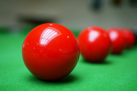 Red balls on snooker table Banque d'images