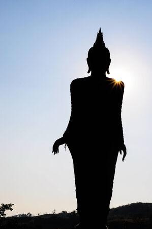sacramentale: Statua di Buddha silhouette ha luce sulla spalla