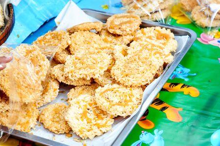 ka: Traditional Thai rice cakes (Ka Noom Nang Let) with a toffee topping