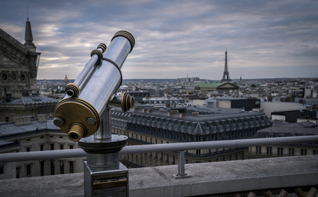 A tower viewer on the roof of the shopping center Galeries Lafayette in Paris, France. In the background is the Eiffel Tower. Imagens