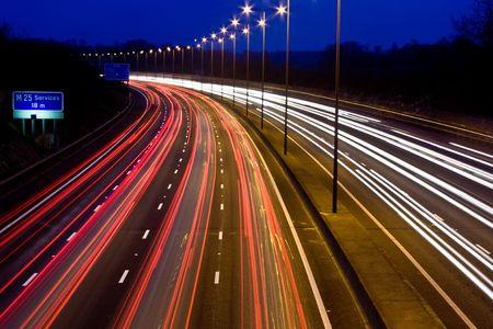 Paden van het licht op een drukke snelweg