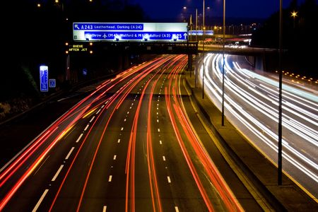 mediaan: Paden van het licht op een drukke snelweg