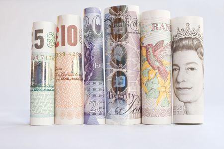 20: Un mont�n de billetes enrollados brit�nica sobre un fondo blanco