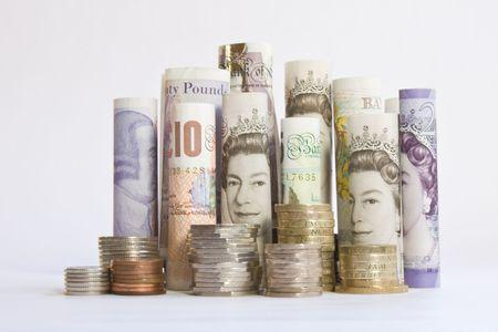 pounds money: Laminados brit�nico montones de billetes y monedas de pie en una fila Foto de archivo