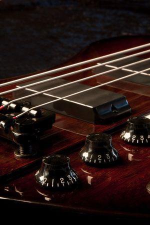 spigola: Una chitarra base girato in studio su uno sfondo nero Archivio Fotografico