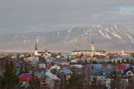 reykjavik: Una vista de Reykjavik, capital de Islandia, que muestra los edificios, las plantas y las monta�as detr�s de la ciudad