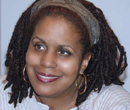 dreadlocks: Mujer afroamericana sonriendo c�lidamente.  Tomado 280309.