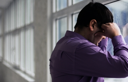 Ein Mann hält seinen Kopf, hallo haben große Probleme, Stress