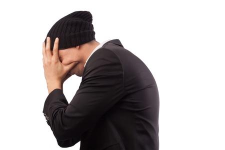 dolor de cabeza empresario, el dolor, la cara cansada, cubierta exceso de trabajo con las manos, empresario joven guapo decidir problema, use traje elegante, aislado sobre fondo blanco Foto de archivo - 18297980