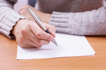 Geschäftsmann zieht einen Bleistift auf Papier Standard-Bild - 18298447