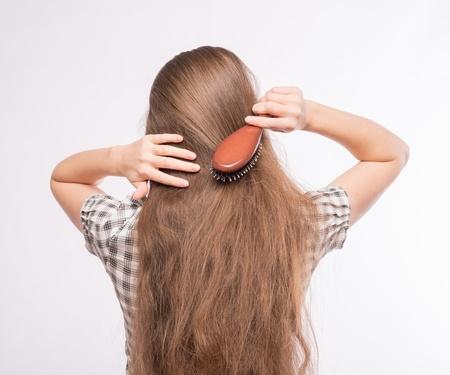 plan �loign�: Jeune belle femme peigner ses cheveux luxuriante
