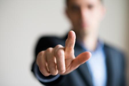 Een man in een pak wijst vinger