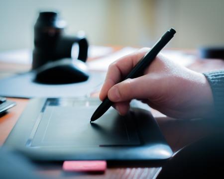 Grafikdesigner mit digitalen Tablette und Computer im Büro Standard-Bild - 18922495