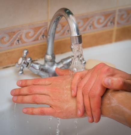 lavamanos: hombre lavándose las manos
