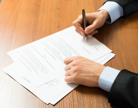 Nahaufnahme der Geschäftsmann Unterzeichnung einer vertraglichen Standard-Bild