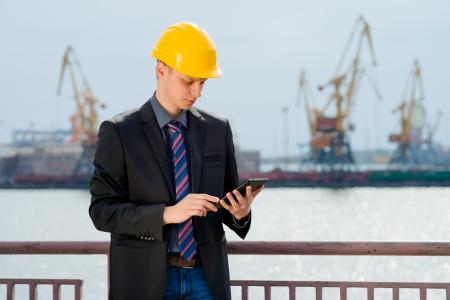trabajador petroleros: Ingeniero de puerto est� utilizando la tableta digital