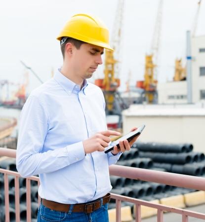 Port-Ingenieur ist mit der digitalen Tablette Standard-Bild - 19199426