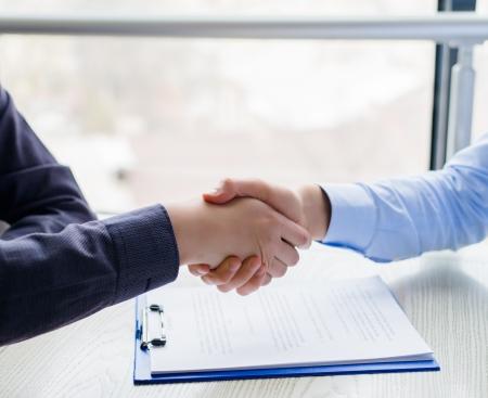 Handshake über unterzeichnet Vertrag Standard-Bild - 19028085