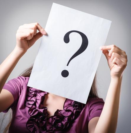 Mädchen hält ein Fragezeichen Lizenzfreie Bilder